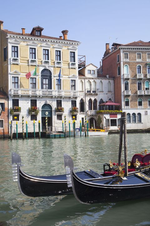 Body of water, Mode of transport, Window, Waterway, Water, Neighbourhood, Town, Watercraft, Boat, Building,