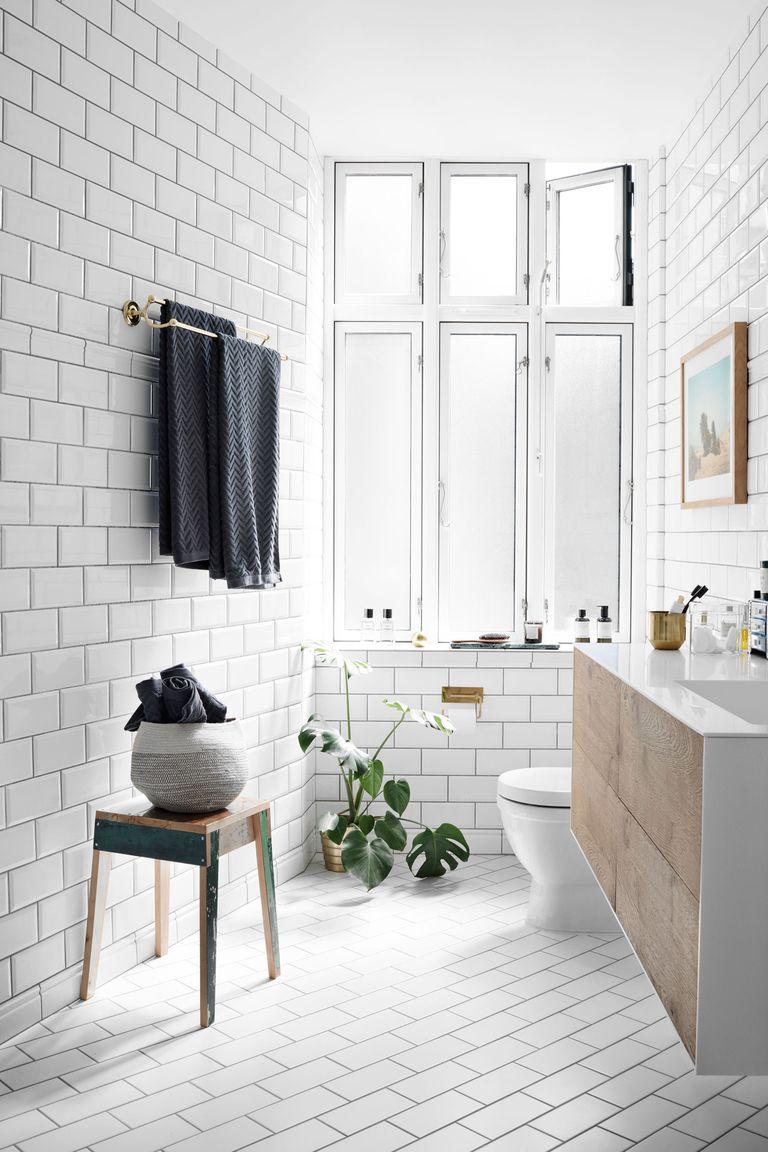 kleine badkamer met witte tegels