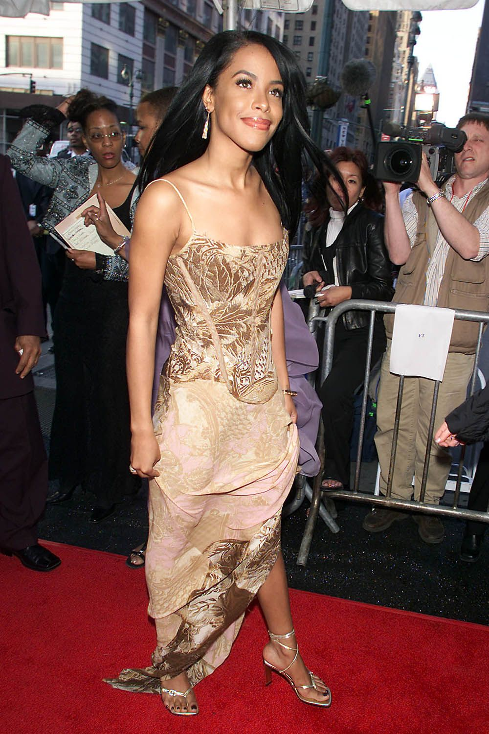 2faea975 Aaliyah's Coolest Outfits - Aaliyah Style
