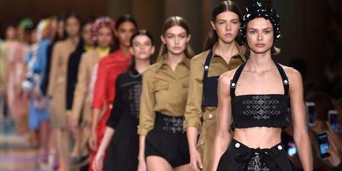 Waist, Headpiece, Fashion, Abdomen, Hair accessory, Trunk, Fashion model, Fashion design, Belt, Body jewelry,