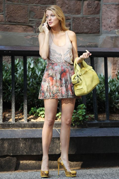Clothing, Brown, Yellow, Shoulder, Human leg, Joint, Bag, Style, Street fashion, Fashion accessory,