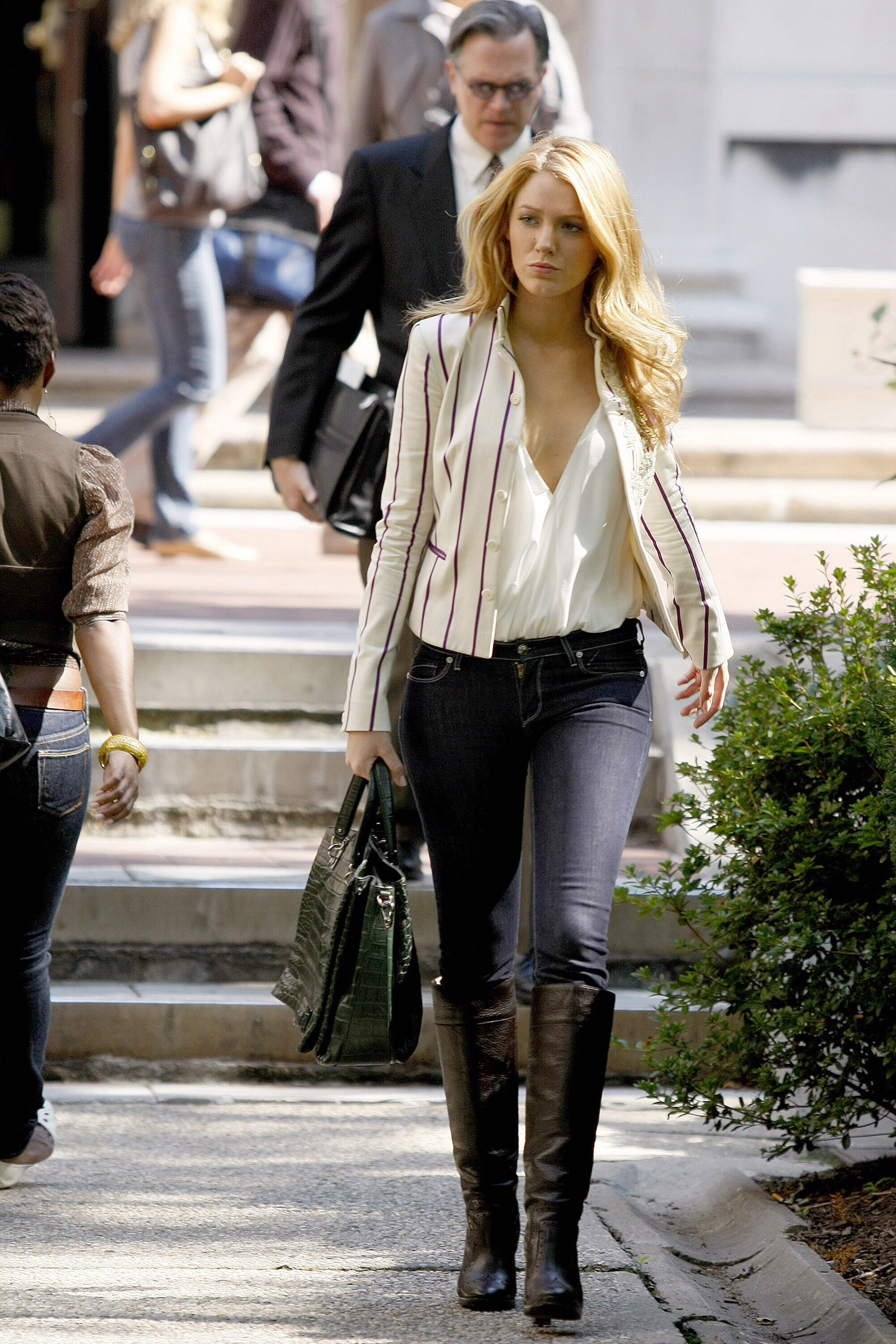 serena van der woodsen dating professor Gossip girl begins with teen socialite serena van der woodsen's return after and gg, but it's the teacher/student relationships that really raise eyebrows ezra found a new job so that he could date aria, but they still faced.