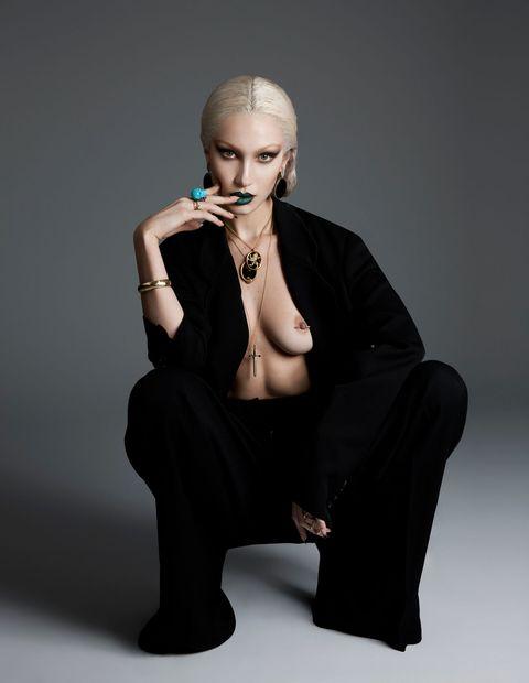 Finger, Jewellery, Joint, Earrings, Sitting, Eyelash, Body jewelry, Fashion accessory, Fashion, Wrist,