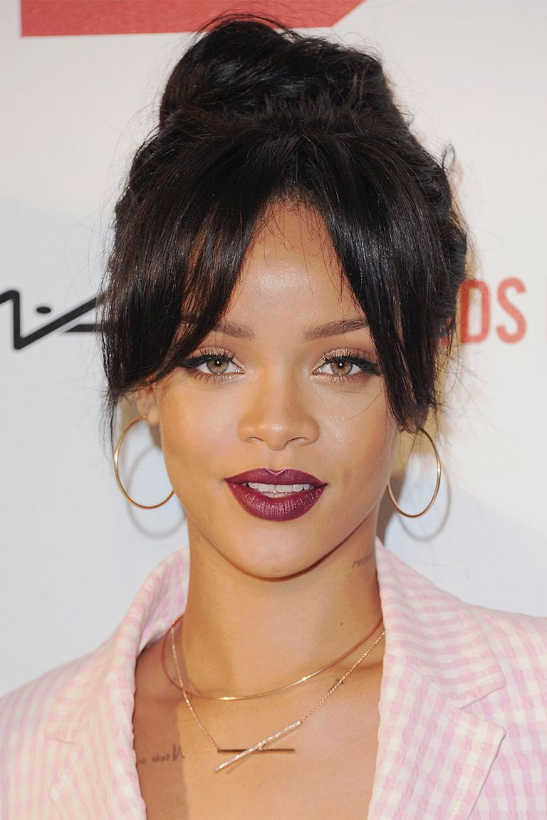 a red wears five earrings chan fab rihanna moment carpet anabela rhianna
