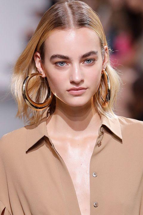 Hair, Ear, Lip, Hairstyle, Collar, Sleeve, Skin, Eyebrow, Earrings, Eyelash,