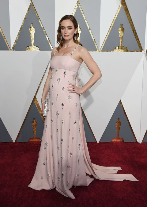 <p>In Prada at the 2016 Academy Awards.&nbsp;</p>