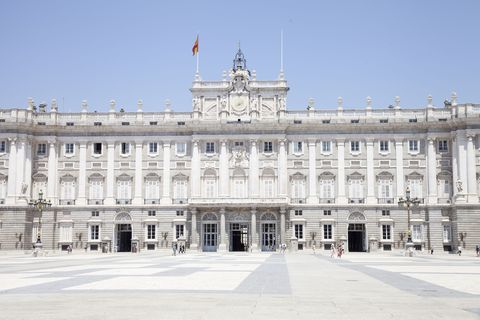 Palace, Building, Classical architecture, Landmark, Architecture, Official residence, Presidential palace, City, Facade, Plaza,