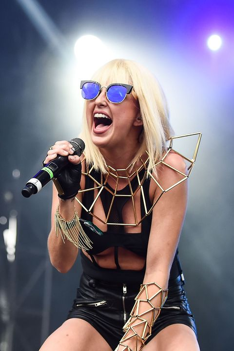 Performance, Music artist, Eyewear, Singer, Performing arts, Music, Thigh, Blond, Singing, Event,