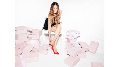 Human leg, Pink, Sitting, Knee, Thigh, Long hair, Flash photography, Fashion model, Model, Brown hair,
