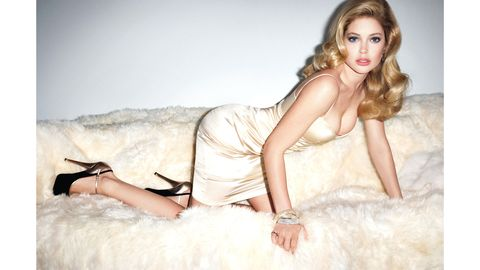 Skin, Human leg, Hand, Sitting, Beauty, Comfort, Fashion accessory, Fashion, Model, Fashion model,