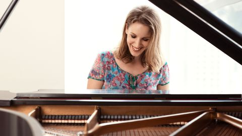 Musical instrument, Organ, Beauty, Music artist, Eyelash, Long hair, Classical music, Keyboard, Piano, Varnish,