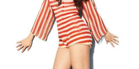 Finger, Sleeve, Human leg, Shoulder, Collar, Hand, Joint, Standing, Style, Knee,