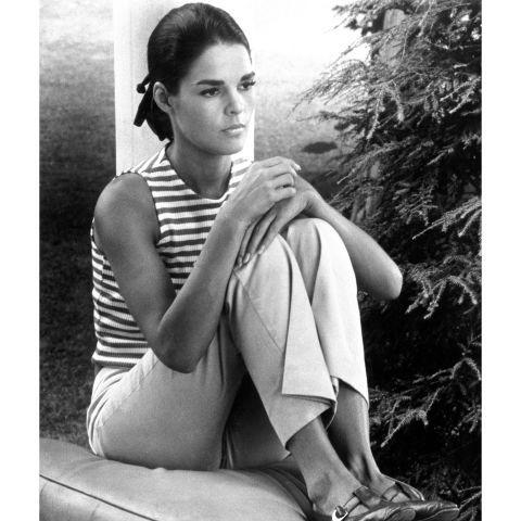 Elbow, Sitting, Comfort, Monochrome photography, Slipper, Monochrome, Knee, Black-and-white, Foot, Photo shoot,