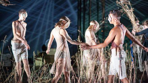 People in nature, Performing arts, Performance art, Scene, Waist, Choreography, Dance, Abdomen, Acting, Drama,