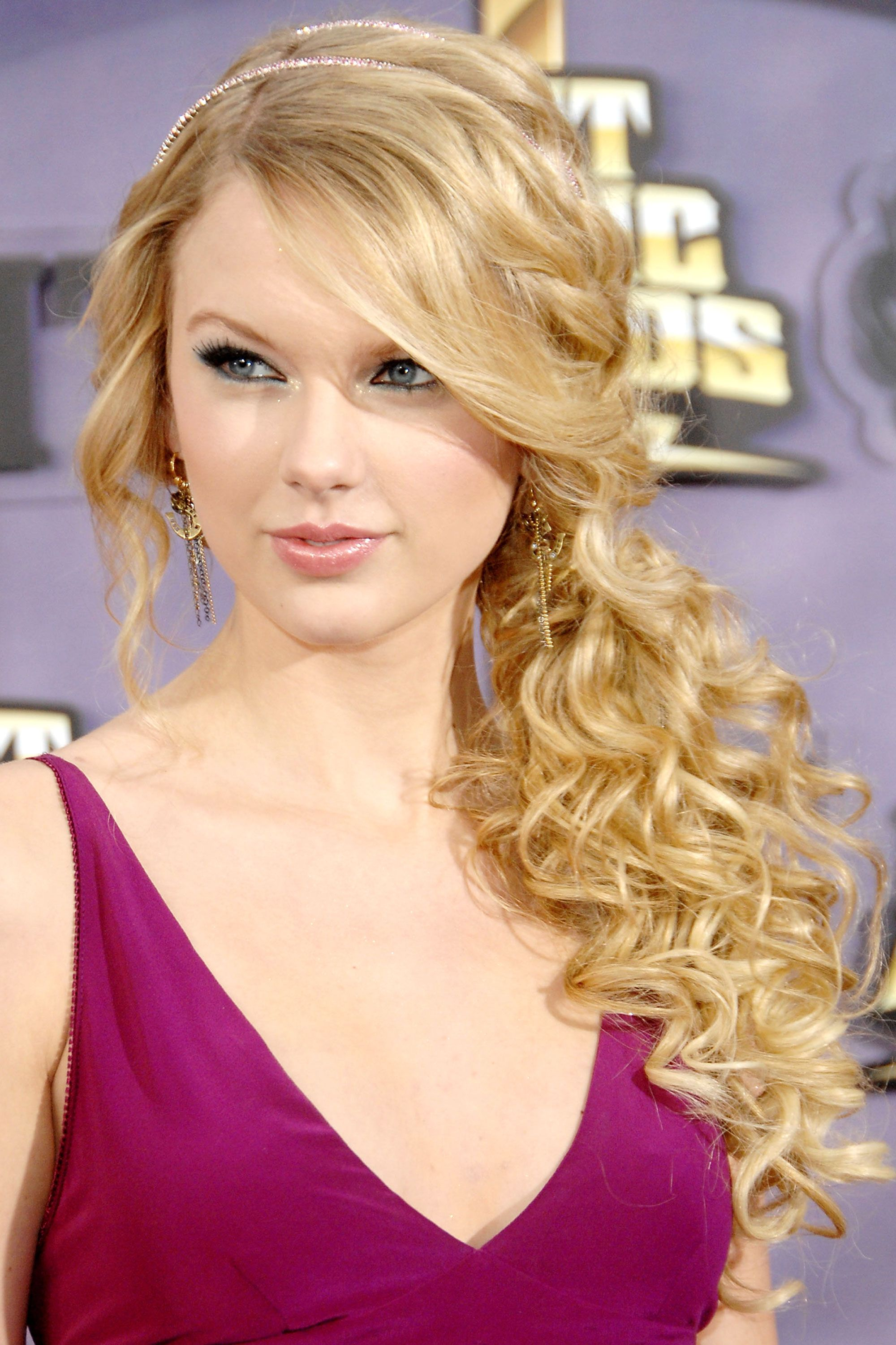 Taylor Swift Updo Hairstyles: Long Hair for Prom