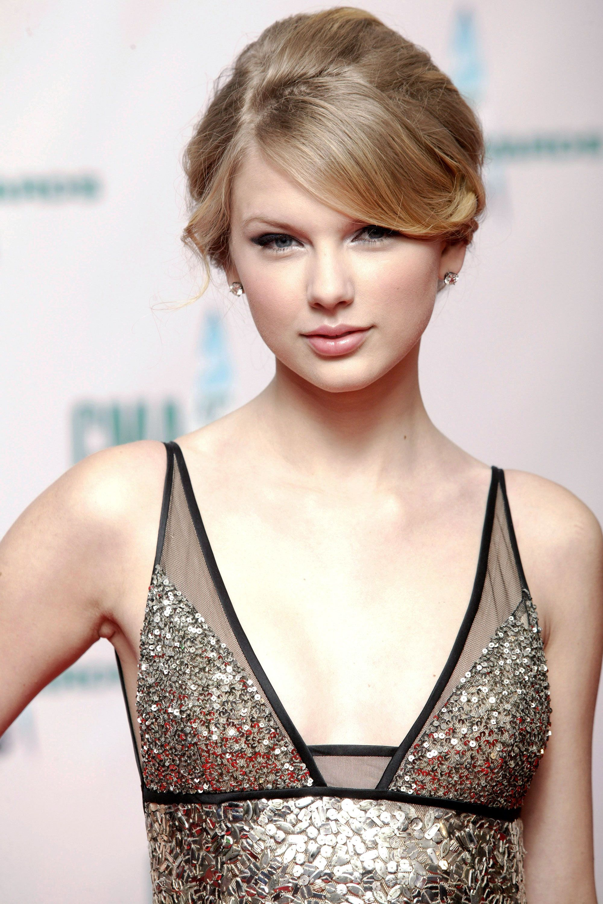 Taylor Swift Hairstyles   Taylor Swiftu0027s Curly, Straight, Short, Long Hair