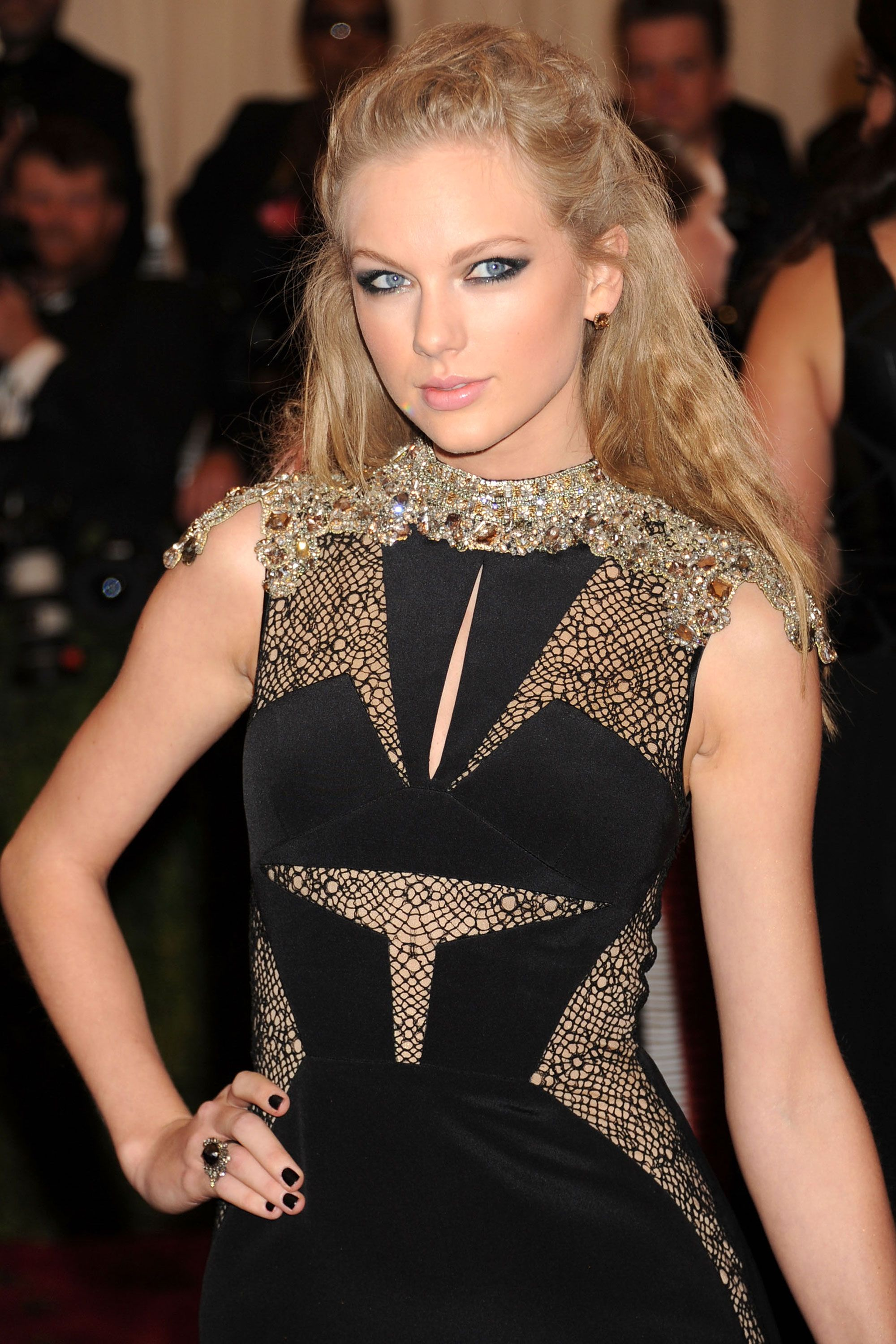 6f6d325617 Taylor Swift Hairstyles - Taylor Swift s Curly