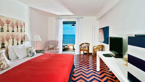 Room, Interior design, Bed, Property, Floor, Textile, Bedding, Furniture, Linens, Wall,