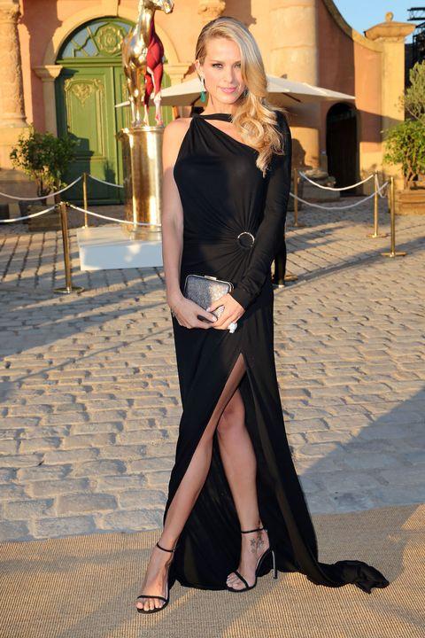 Shoulder, Joint, Human leg, Dress, Street fashion, Sandal, Fashion, Foot, Toe, Fashion model,