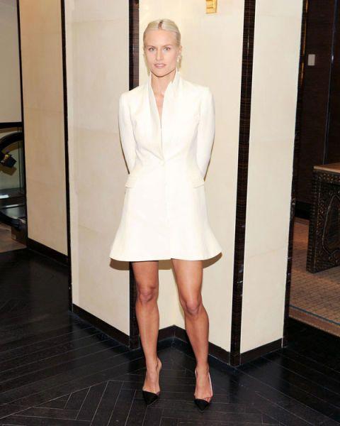 Sleeve, Collar, Shoulder, Human leg, Joint, Formal wear, Style, Dress, Knee, Blazer,