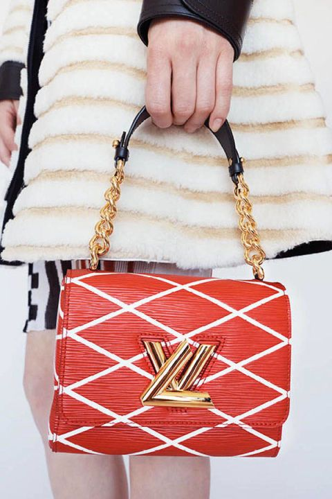 Style, Fashion accessory, Bag, Fashion, Pattern, Shoulder bag, Chain, Material property, Metal, Coquelicot,