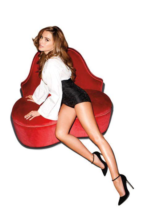 Hairstyle, Sitting, Comfort, Knee, Carmine, Thigh, High heels, Long hair, Lap, Brown hair,