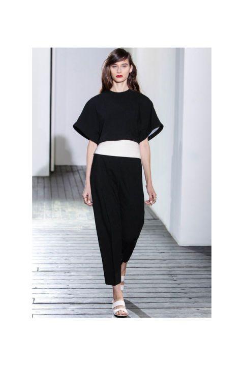 Clothing, Leg, Brown, Sleeve, Shoulder, Textile, Joint, Standing, Human leg, White,