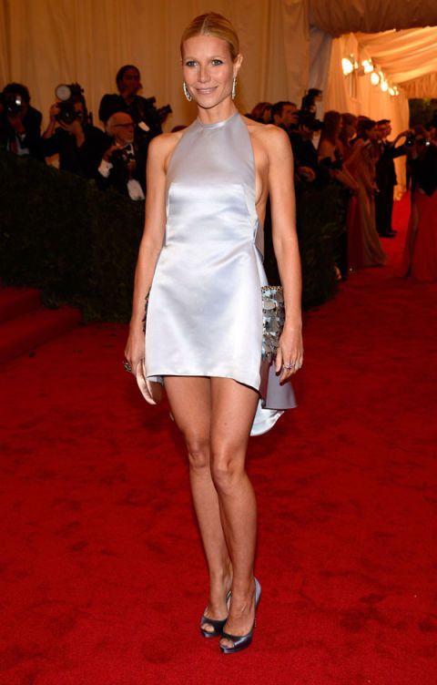 Leg, Flooring, Shoulder, Dress, Human leg, Joint, Outerwear, Red, Carpet, Premiere,