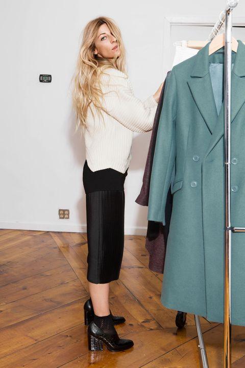 Clothing, Collar, Sleeve, Coat, Outerwear, Style, Blazer, Wood flooring, Fashion, Waist,