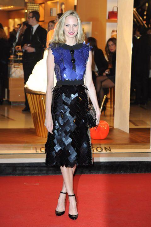 Flooring, Shoulder, Dress, Floor, Style, Formal wear, Carpet, One-piece garment, Waist, Fashion,