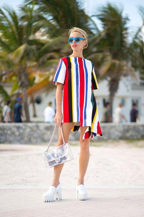 Eyewear, Vision care, Sunglasses, Shoulder, Human leg, Style, Summer, Street fashion, Fashion accessory, Bag,