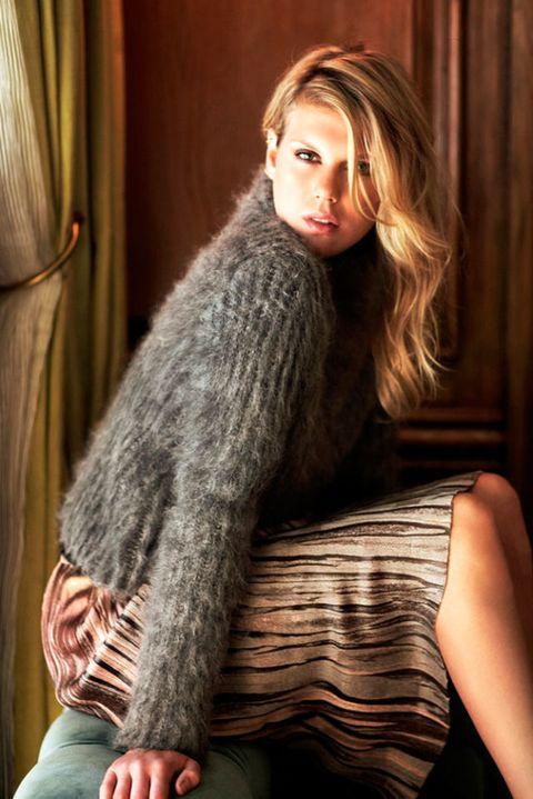 Textile, Comfort, Sitting, Wool, Long hair, Woolen, Fur, Brown hair, Curtain, Flash photography,