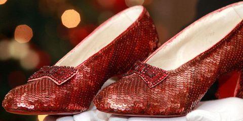 bed8d665d6c Een goeie Louboutin mag wat kosten, maar deze stappers zijn een  recordbedrag waard: aan de rode The Wizard of Oz-glitterschoenen van Judy  Garland hangt een ...