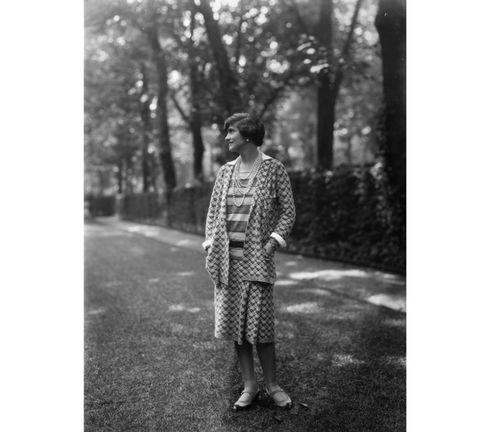 <p>1883 – 1971</p><p>Voor Gabrielle Bonheur Chanel hebben er al velen de pen ter hand genomen. Het gros schreef odes, sommigen tekenden vraagtekens op. Wel of niet een spion van Nazi-Duitsland? Wel of niet grote delen van haar jeugd verzonnen? Enfin, de vraagtekens schuiven we voor het gemak van tafel, want Coco's modecarrière is er een bomvol geniale ijkpunten. We noemen: de bevrijding van het korset, de introductie van het kleine zwarte jurkje, Chanel's legendarische tweed, de gevierde 2.55, en meer van zulks.</p>
