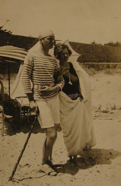 <p><strong>Wie is het?</strong></p><p>Een rijke expat die met haar familie in het zuiden van Frankrijk woonde en bevriend was met grote kunstenaars en schrijvers van de jaren twintig.</p><p><strong>Valt uit te tekenen in:</strong></p><p>zwemkleren verfraaid met lange parelkettingen.</p><p><strong>Wapenfeit:</strong></p><p>Picasso heeft haar dus een keer geschilderd en haar familie diende als grote inspiratiebron voor de karakters uit de boeken van Hemingway en Fitzgerald.<br></p>