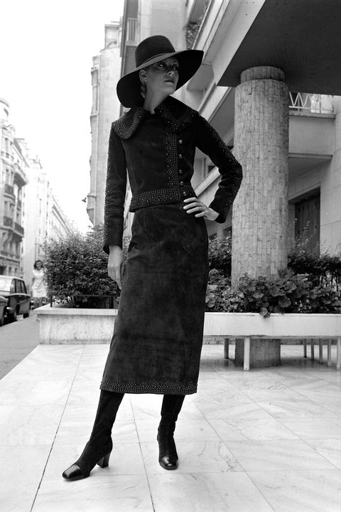 Hat, Monochrome, Shoe, Human leg, Monochrome photography, Style, Black-and-white, Sun hat, Street fashion, Waist,