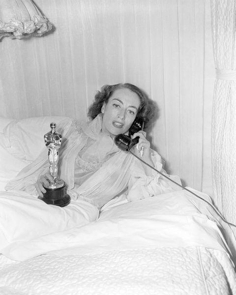 <p>De echte waarde van de Oscar wordt natuurlijk bepaald door de naam die er aan het beeldje kleeft. De enige Oscar die Joan Crawford bijvoorbeeld ooit won, bracht op een veiling het luttele bedrag van <strong>450.000 dollar</strong> (406.000 euro) op en voor de Oscar voor Best Screenplay van Orson Welles werd maar liefst <strong>860.000 dollar </strong>(775.000 euro) neergelegd.</p>