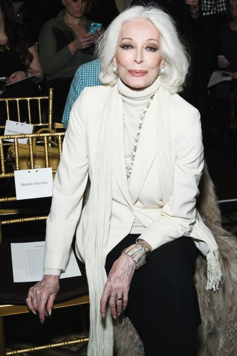 <p>Waar je normaal als model rond je dertigste leeftijd al bijna afgeschreven bent, is de 83-jarige Carmen absoluut niet van plan om te stoppen. Zo prijkte ze als 's werelds oudste model laatst nog op de cover van <strong>Harper's Bazaar</strong> Thailand. En zo zie je maar weer, schoonheid kent geen leeftijd.</p>