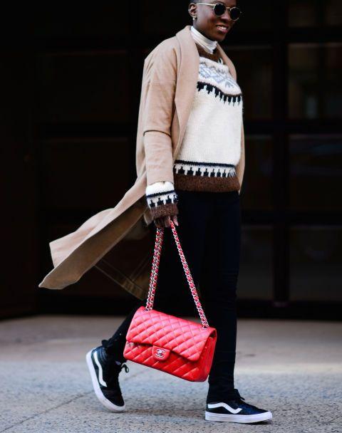 <p>Een zwarte, grijze of beige tas is natuurlijk tijdloos en erg gemakkelijk te combineren. Maar - er is altijd een maar - wanneer je vaak terugvalt op natuurlijke kleuren in je garderobe is het juist slim in een opvallende, kleurrijke leren tas te investeren. Geeft je simpele look gelijk een grote boost en laat dat net zijn wat je wilt.</p>