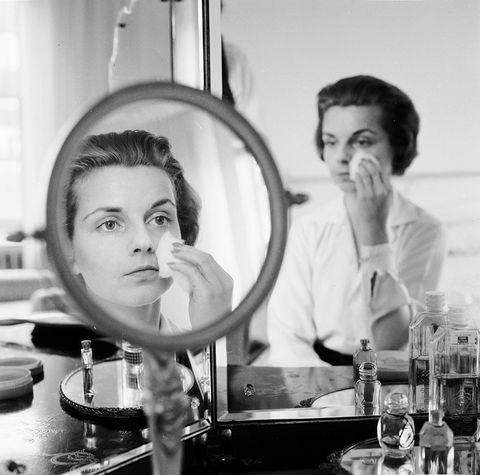Barware, Style, Monochrome, Drinkware, Black-and-white, Monochrome photography, Plate, Mirror, Serveware, Makeup mirror,