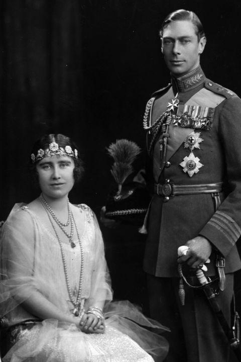 <p>Nadat ze in 1920 aan elkaar werden voorgesteld, wees Elizabeth twee keer het huwelijksaanzoek van haar toekomstige man af. Later gaf ze aan nogal overweldigd te zijn door de verantwoordelijkheid die ze zou krijgen als lid van de koninklijke familie. Maar gelukkig veranderde ze toch van mening en trouwde ze de prins in 1923.</p>