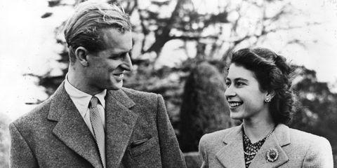 <p>Het koppel ontmoette elkaar voor het eerst in 1934, tijdens de bruiloft van de nicht van Philip, namelijk prinses Marina van Griekenland en Denemarken. Nadat de twee er een hele poos omheen hadden gedraaid, verloofden ze zich eindelijk in 1947 en trouwden ze niet veel later in Westminster Abbey.</p>