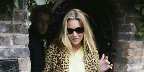 Kate Moss vierde haar 30ste verjaardag in 2004 in een luipaardjas.
