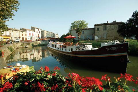"""<p><strong>De trend:</strong> De populariteit van Europese cruises blijft maar toenemen. De focus lijkt de laatste tijd steeds meer te liggen op families. Er worden steeds meer speciale trips en uitjes georganiseerd voor zowel ouders als kinderen.</p><p><strong>Om te proberen:</strong> Laat de traditionele trip naar Parijs voor wat het is en ga voor een cruise door Franse rivieren en kanalen met de <a href=""""http://www.belmond.com/afloat-in-france/france"""" target=""""_blank"""">Belmond Afloat</a>. Deze cruise neemt je mee langs de minder toeristische plekken (lees: de verstopte parels) van Frankrijk.</p>"""