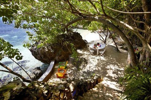 """<p><strong><strong>De trend:</strong> </strong>Zoals we al zeiden: de focus ligt de laatste tijd op families. En dan met name vakanties met meerdere generaties - lees: oma, opa, kinderen, kleinkinderen. </p><p><strong>Om te proberen: </strong>de <a href=""""Private pool, private beach, private staff."""" target=""""_blank"""">Fleming Villa </a>is een privé villa waar <strong>Ian Fleming </strong>maar liefst 14 <strong>James Bond</strong>-boeken schreef. De villa is perfect voor grote families, aangezien-ie maar liefst 5 kamers, een zwembad, een eigen strand, hulp in huis en volop activiteiten voor alle leeftijden heeft. </p>"""