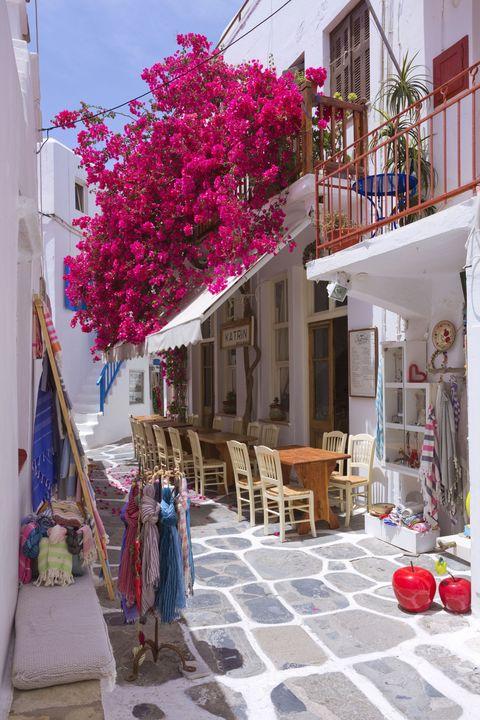 """<p><strong><strong>De trend:</strong></strong> Griekenland is weer in opkomst en veroverde zelfs een top 10 plaats in Virtuoso's lijst van fijnste zomerbestemmingen. Over het algemeen steeg het aantal reizen naar Griekenland met 41 procent. Voornamelijk Santorini, Mykonos, Kreta en Rhodos blijken in trek.</p><p><strong>Om te proberen:</strong><strong> </strong>Modevolk houdt er van vakantie te vieren aan de Griekse kusten van Santorini en Mykonos. Zeker een aanrader dus! Probeer <a href=""""http://www.villakatikies-santorini.com/"""" target=""""_blank"""">Villa Katikies</a>, een luxueus hotel in Sanorini, geliefd bij modebloggers en jet setters.</p>"""