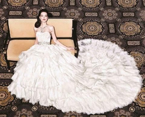 <p>Deze gigantische jurk van ontwerper Yumi Katsura kost het kolossale bedrag van 6,3 miljoen euro en bevat een zeldzame witgouden diamant, een 8.8 karaats groene diamant en iets van duizend parels. Tot nu toe is er geen enkele bruid opgestaan die de jurk heeft durven dragen. En er even 6,3 miljoen euro voor wilde neertellen, ook.</p>