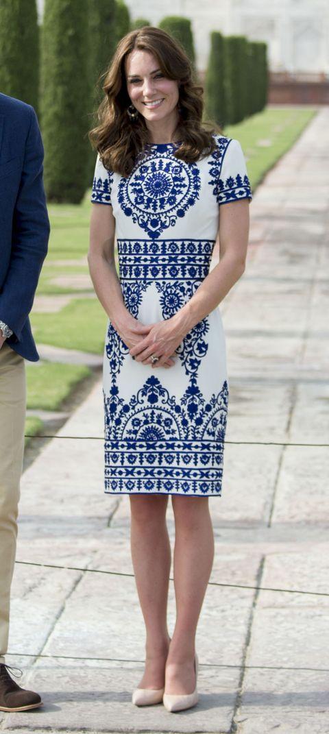 """<p>Kate droeg een chique, blauwwitte jurk van Naeem Khan bij haar bezoek aan de Taj Mahal waar zij en prins William <a href=""""http://www.harpersbazaar.com/celebrity/latest/a15153/kate-middleton-prince-william-diana-taj-mahal/"""">Diana's befaamde foto namaakten</a>.</p>"""