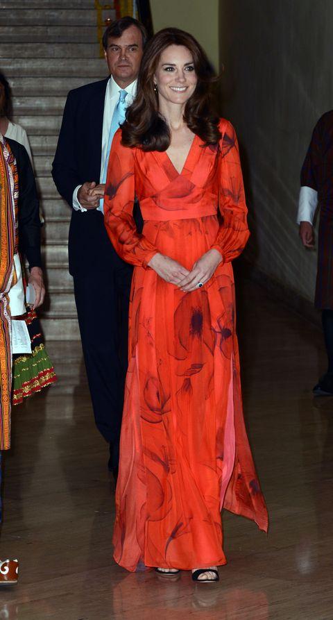<p>Voor een feestelijke receptie in het Taj Hotel, om de 'relatie' tussen Engeland en Bhutan te vieren, droeg ze een rode jurk met opdruk van Beulah. </p>