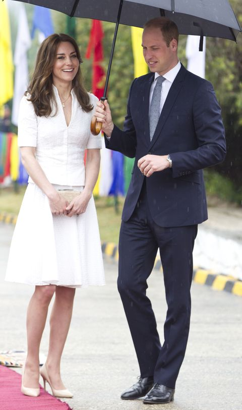 <p>De Duchess of Cambridge droeg een wit mantelpakje van Alexander McQueen op het Paro vliegveld net voordat ze de Taj Mahal zou bezoeken. </p>